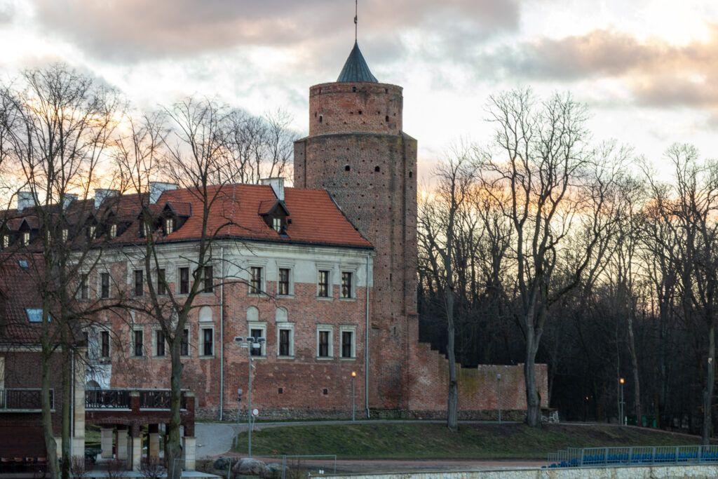 Uniejów. Zamek o zachodzie słońca