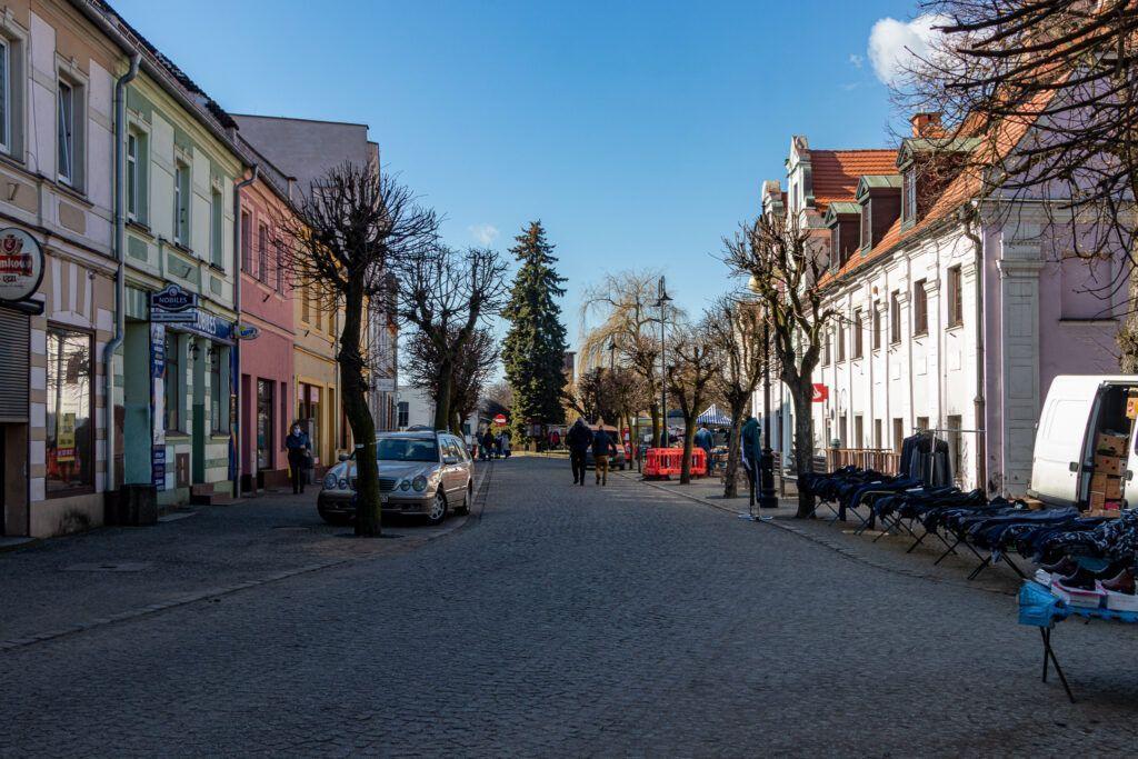 Domy i brukowana ulica