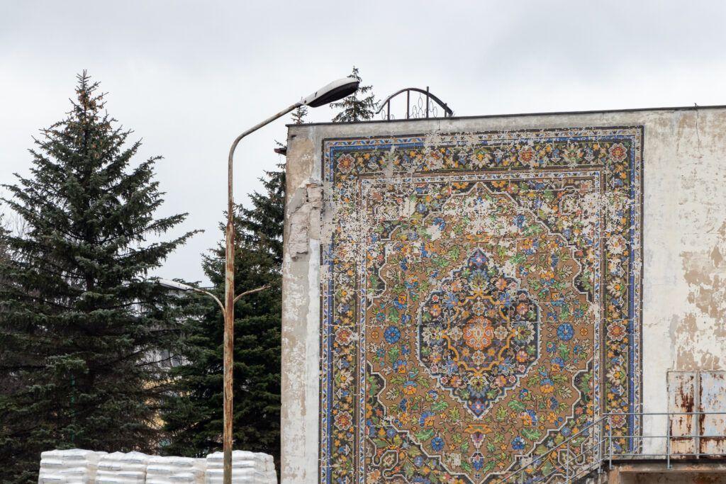 Mozaika na ścianie dawnej fabryki dywanów