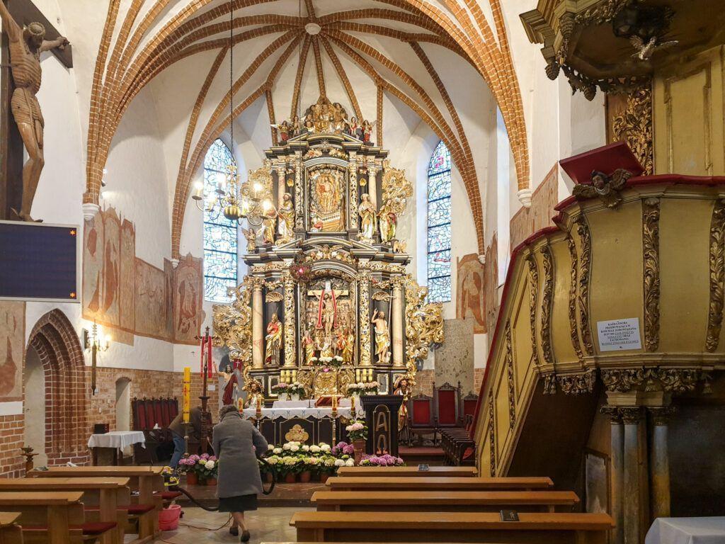 Morąg. Ołtarz główny, a na ścianie freski
