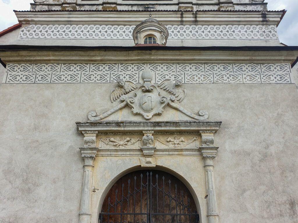 Klimontów. Portal z herbem Ossolińskich