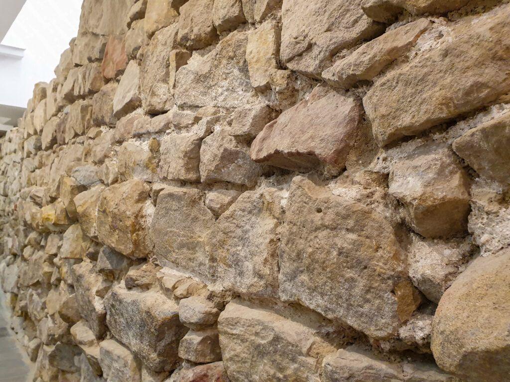 Krosno. Mur w archeologicznej części muzeum
