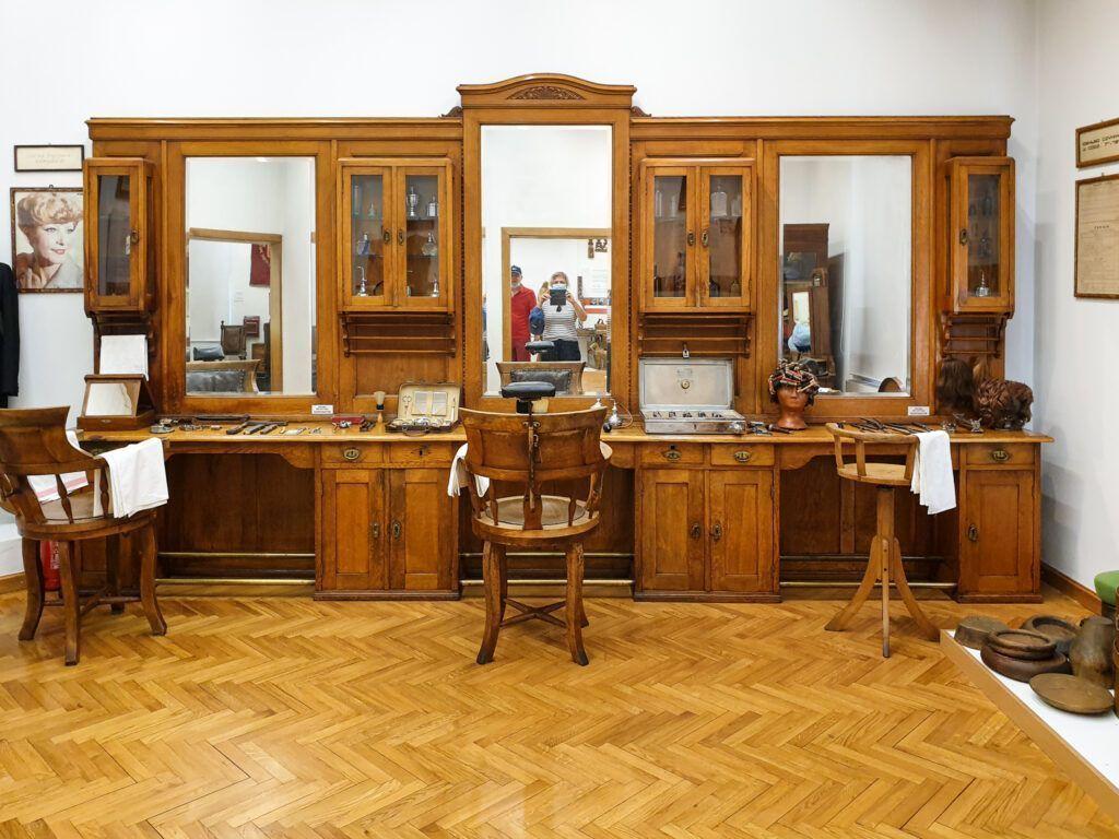 Dawny zakład fryzjerski w Muzeum Rzemiosła w Krośnie