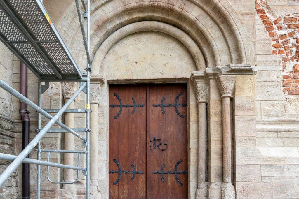Kościół św. Floriana. Portal z kolumnami