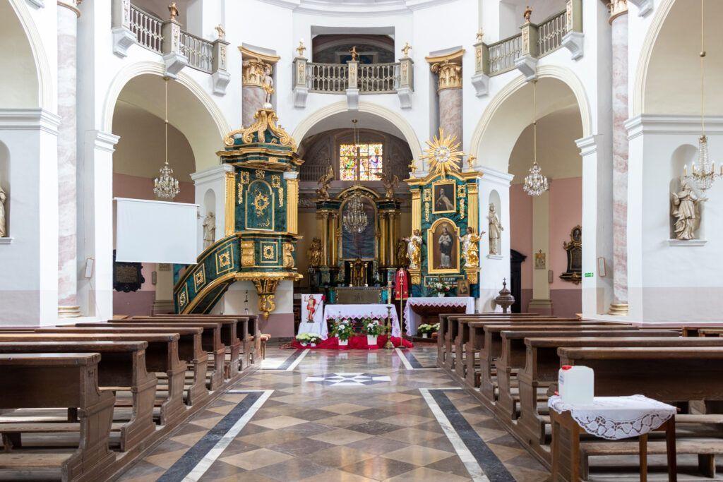 Wnętrze kościoła, widok na ołtarz główny