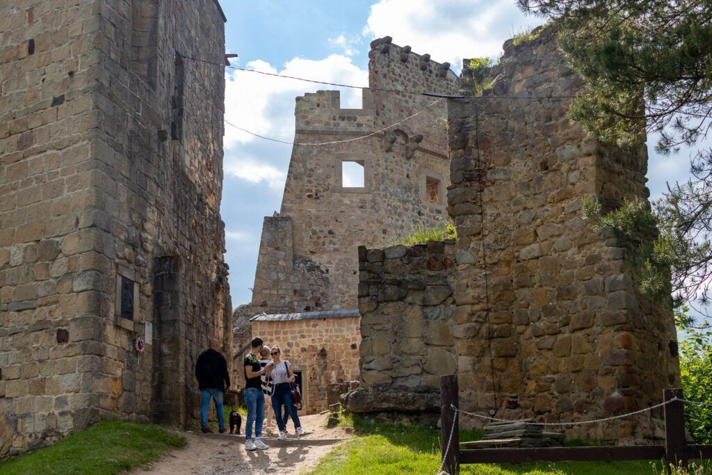 Wewnątrz zamkowych murów
