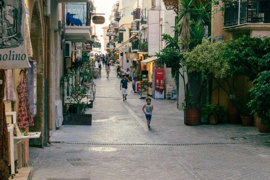 Chania port. Ulica w pobliżu portu
