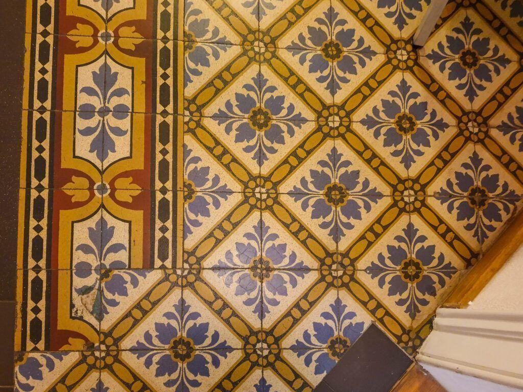 Pałac w Nakle Śląskim. Zachowane kafelki na podłodze