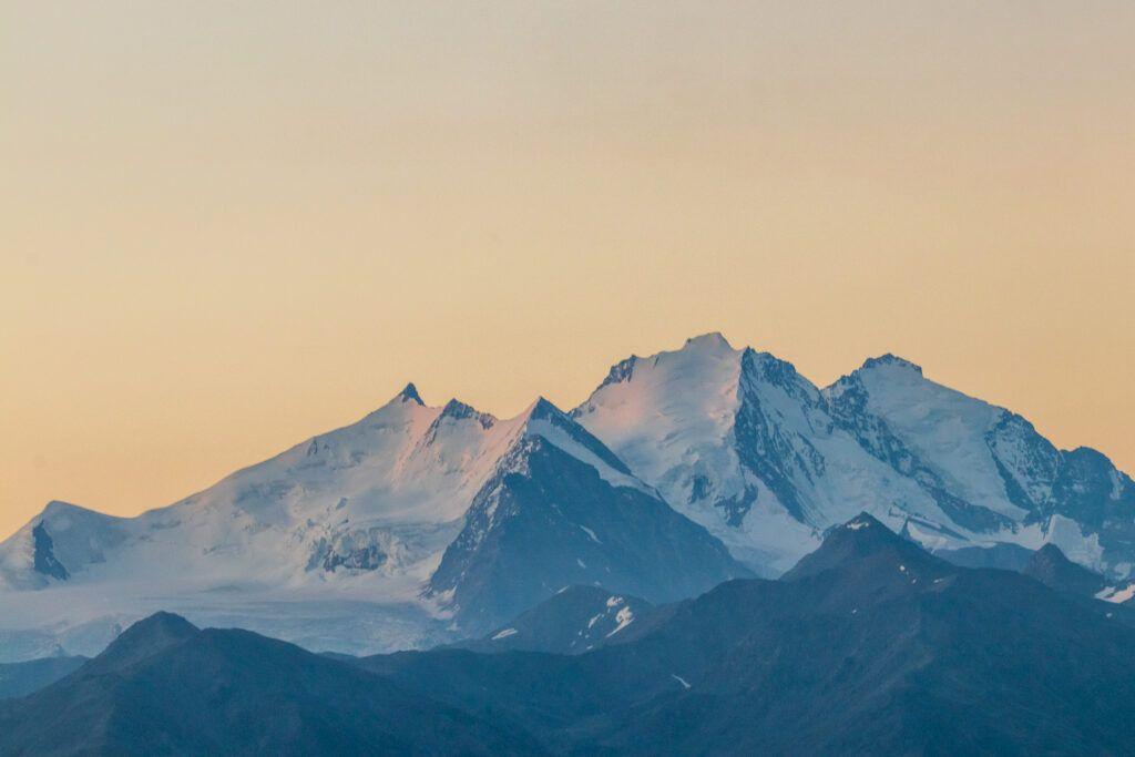 Góry o wschodzie słońca