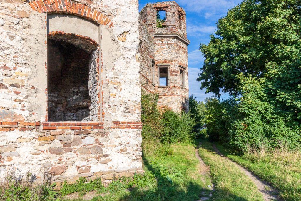 Pałac Tarłów w Podzamczu Piekoszowskim.  Okno i jedna z baszt